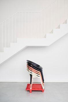 """Hinter den Stühlen steht ein durchdachtes Logistikkonzept: Auf einer kleinen Palette lassen sie sich mühelos und und ohne Verpackungsmüll stapeln. Der """"Bell Chair"""" ist ab sofort ab 75 Euroerhältlich. (Foto: Magis)"""