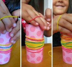 Encaixar elásticos em objetos cilíndricos