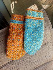 Mittens of Latvia Ravelry: Vidzeme, Bauni, p 8 pattern by Maruta Grasmane Fingerless Mittens, Knit Mittens, Mitten Gloves, Knitting Stitches, Knitting Patterns, Crochet Patterns, Punto Fair Isle, Mittens Pattern, Wrist Warmers