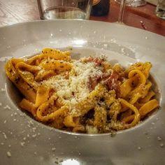 Ahhh uma gricia trufada... Ai ai ai... Só que já comeu sabe quanto é bom! Ainda mais feita em um restaurante tipicamente romano... Super recomendado! . Lembrem-se que tem sorteios acontecendo até dia 25 de dezembro em comemoração de 2 anos de blog! . Veja mais no Snapchat Em_Roma  #Roma #europe #instatravel #eurotrip #italia #italy #rome #trip #travelling #snapchat #emroma#viagem #dicas #ferias #dicasdeviagem #brasileirospelomundo #viajandopelomundo #cozinhaitaliana #instafood #food…