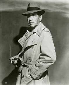 The Maltese Falcon Humphrey Bogart's Sam Spade donned a fedora and trench coat for his role in The Maltese Falcon and became a noir icon, influencing the style of the genre's hard-boiled heavy-hitters. Humphrey Bogart Casablanca, Casablanca 1942, Casablanca Movie, Trench Coat Homme, Classic Hollywood, Old Hollywood, Hollywood Glamour, Detective, 1940s Mens Fashion
