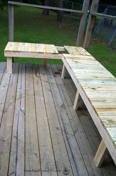 Out door bench plan built into a corner of a green treated deck wood working tips and tutorials how to diy do it yourself backyard outdoor project Woodworking Bench Plans, Woodworking Projects, Woodworking Logo, Workbench Plans, Woodworking Videos, Woodworking Basics, Woodworking Magazine, Woodworking Classes, Woodworking Furniture