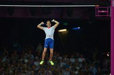 Renaud Lavillenie, pendant la finale de saut à la perche, à Londres en 2012. En franchissant une barre à 5m97, il remporte le titre olympique et établi un nouveau record olympique.