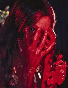 "Sissy Spacek en ""Carrie"" dirigida por Brian De Palma y escrita por Stephen King (novela original) y Lawrence D. Sissy Spacek, Carrie White, Non Plus Ultra, Arte Horror, Horror Art, White Aesthetic, Burgundy Aesthetic, Aesthetic Pics, Scary Movies"