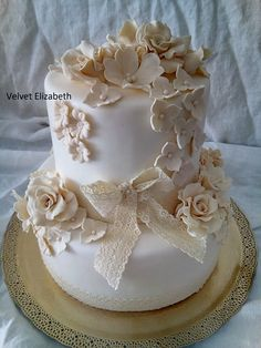 Dvojposchodová 7 kg svadobná torta....vanilkové a čokoládové korpusy...ovocná štava...čokoládový krém + vanilkový krém s bielou čokoládou zo sušenými jahodami...biely potah + maslové cukrové kvety....Two-storey 7 kg wedding torta .... vanilla and chocolate ... fruit sauce ... chocolate cream + vanilla cream with white chocolate from dried strawberries ... white coat + butter sugar flowers...