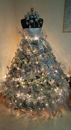 Dress form Christmas tree!!! Love it.
