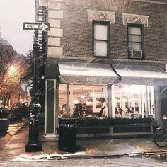 It was only a matter of time before I made my way to a restautant named Emily known for their pizza and burgers. A perfect afternoon activity on last Saturdays snow day. _________________________________ #latergram #pizzalovesemily #emilypizza #westvillage #snowdayinnyc