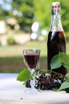 Bayrisch: Hollerlikör From the beautiful small white flowers of the elder tree (Sambucus nigra) were over the summer first green and then dark red to black fruit on wine red stems. Elderberry Liqueur, Elderberry Recipes, Non Alcoholic Drinks, Wine Drinks, Cocktails, Homemade Liquor, Best Butter, Small White Flowers, Sweets
