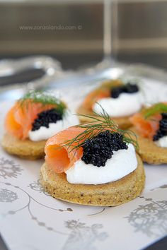 Bliny con salmone affumicato in versione finger food - Smoked salmon blinis finger food