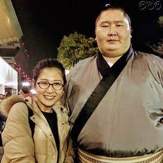 桑子です! プライベートで #大相撲初場所 を観戦。 この日も #満員御礼 でした。 観戦が終わって外に出ると、目の前に #逸ノ城関 が!私も写真をお願いしちゃいました。 詳しくはブログにアップしましたので、是非見てください! http://www9.nhk.or.jp/nw9-blog/1200/288916.html #nhk #NW9 #ニュースウオッチ9 #桑子真帆 #sumo #逸ノ城 #大相撲