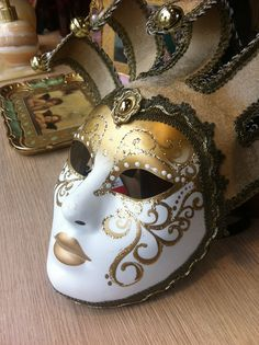 Máscaras Venezianas - de Veneza pra sua casa Venetian Carnival Masks, Venetian Masquerade Masks, Beautiful Fantasy Art, Beautiful Mask, Mascarade Mask, 90s Halloween Costumes, Costume Venitien, Venice Mask, Mask Painting