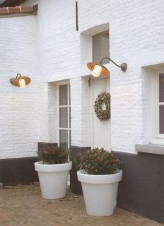 Maison en briques peinte en blanc, sous-bassement gris anthracite / noir
