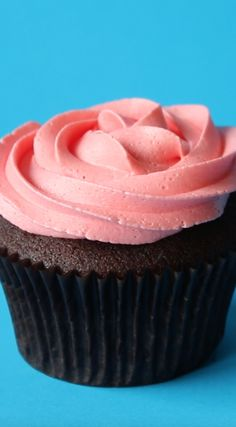 Ways To Pipe Cupcakes Want to know how to get perfectly swirly cupcake tops?Want to know how to get perfectly swirly cupcake tops? Cupcake Frosting Tips, Cupcake Toppings, Cupcake Piping, Cupcake Cakes, Buttercream Frosting, Vanilla Buttercream, Marshmallow Frosting, Cupcake Frosting Techniques, Diy Cupcake