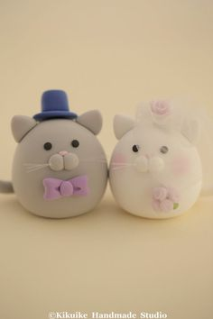 Hey, I found this really awesome Etsy listing at https://www.etsy.com/es/listing/185186981/kitty-and-cat-wedding-cake-topper