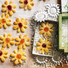 Das Geheimnis unserer Variation der klassischen friesischen Blüten ist der schwarze Tee, mit dem wir die Butter aromatisiert haben. Und wenn Sie sie probiert haben, wird nie wieder ein Ostfriesenwitz über Ihre Lippen kommen. Zum Rezept: Friesische Blüten