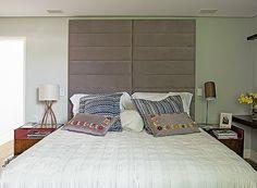 Para deixar o quarto acolhedor, como queriam os moradores, a arquiteta Paula Leonardo, do Studio ML.2, criou uma cabeceira com gomos de camurça que se estende até o teto. Ótima solução para quem gosta de ler antes de dormir.