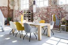 Interieur en kantoor met tafel en stoelen uit de nieuwe Henders & Hazel meubelcollectie Masters & More. Meubels uit massief eikenhout die je zelf kan samenstellen. Vraag hier het gratis wonen inspiratie magazine 2017 aan!