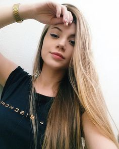 VSCO girls are known for their long, effortlessly cool hair that they put up in . - Your Hair and Beauty - Scrunchies Tumblr Selfies, Tmblr Girl, Avakin Life, Foto Casual, Hair Breakage, Selfie Poses, Hair Vitamins, Hair Growth Oil, Girl Inspiration