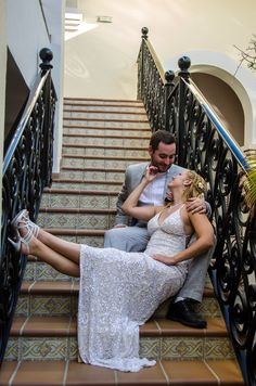 Photography posing ideas: sitting down poses. More in our blog: http://www.myweddinginloscabos.com/category/los-cabos-wedding-photographers/ Wedding Photographers in Cabo San Lucas