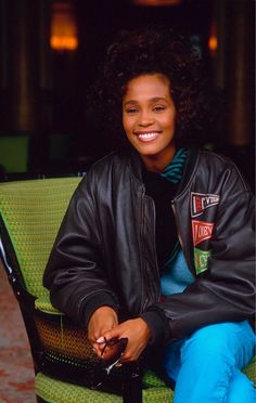 40 Rare and Stunning Photographs of a Young and Beautiful Whitney Houston From the ~ vintage everyday Whitney Houston 80s, Whitney Houston Pictures, Rap Singers, Female Singers, Soul Singers, Beverly Hills, Divas, Vintage Black Glamour, My Black Is Beautiful