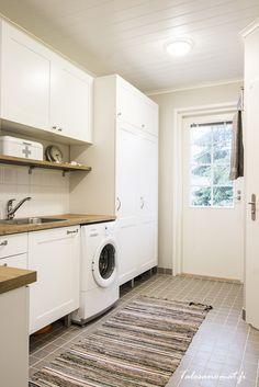 Kodinhoitohuoneen kaappien ovet ja vetimet. Mudroom Laundry Room, Laundry Room Bathroom, Bathrooms, Living Room Designs, Living Room Decor, Utility Cupboard, Laundry Design, Laundry Room Inspiration, Room Goals