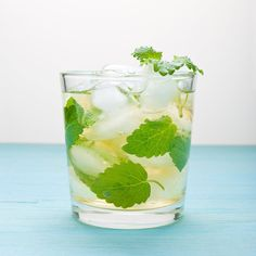 The 23 Best Flavored Water Recipes of All Time - Food: Veggie tables Best Flavored Water, Cucumber Infused Water, Flavored Water Recipes, Drink Recipes, Health Recipes, Party Recipes, Cooking Recipes, Mint Water, Fruit Water