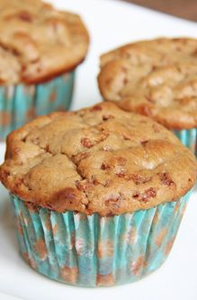 These super LOW FAT Skinny Mom, Skinny Apple Pie Muffins are delectable and have LESS than 3g of fat per serving! They are also low calorie! Repin and save when your craving apple pie!