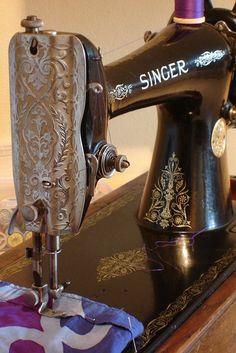 Máquina de costura, sempre no canto da sala.