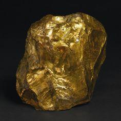 ANDRÉ GROULT (1884-1967)    Lampe d'ambiance à gros bloc de cristal de roche recouvert à la feuille d'or (usures), évidé en partie centrale pour électrification à monture en clapet sur socle d'origine à platine en laiton. Signée du cachet de l'artiste au panier fleuri. H. 18, 5 cm - L. 20 cm