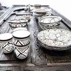 Kattaus kuntoon kauniin koristeellisilla, mustavalkoisilla astioilla