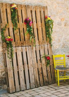 40 Cozy Pallet Wedding Decor Ideas | HappyWedd.com #PinoftheDay #cozy #pallet…
