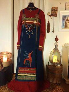 viking apron dress, lovely embroidery and bling Costume Viking, Viking Garb, Viking Reenactment, Viking Dress, Medieval Costume, Medieval Dress, Historical Costume, Historical Clothing, Historical Photos