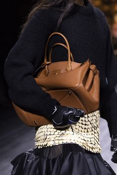 Louis Vuitton at Paris Fashion Week Fall 2020 - Details Runway Photos Fashion Week, Fashion 2020, Fashion Bags, Runway Fashion, Fashion Show, Fashion Trends, Paris Fashion, Fashion Fashion, Louis Vuitton