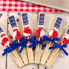 Easy favor idea: Everyone gets a paper fan & a lolly! Plus 14 more 4th of July party treats ideas.