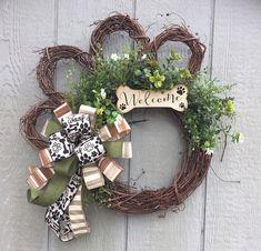 Dog wreath Grapevine Dog wreath Paw Wreath Dog Wreaths Paw - My first home Dog Crafts, Cute Crafts, Diy And Crafts, Couronne Diy, Dog Wreath, Summer Wreath, Winter Wreaths, Spring Wreaths, Holiday Wreaths