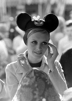 Twiggy spent a day at Disneyland Anaheim in April was a major photo op - she was accompanied by her boyfriend/manager Justin.and they had one of those Disneyland official guides with them. Jean Shrimpton, Rare Pictures, Rare Photos, Model Pictures, 1960s Fashion, Look Fashion, Fast Fashion, British Fashion, Fashion Today