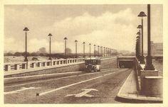 """De voertuigentunnel, Waaslandtunnel, uitrit op linkeroever in de jaren 1930. De lijnbus komt uit de tunnel gereden. Door het aanleggen van de tunnel werd een regelmatige autobusverbinding mogelijk tussen de stad en linkeroever, later autobus """"lijn 36""""."""