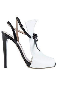Você pode dizer muito sobre uma pessoa olhando para os sapatos dela.  (Hanna Marin)