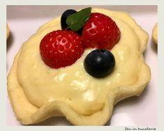 Daca iti este pofta de ceva dulce, incearca aceste minitarte cu crema de vanilie si fructe de padure. Te ve indragosti in mod sigur! Pudding, Mai, Cooking, Pastries, Desserts, Food, Pies, Kitchen, Tailgate Desserts