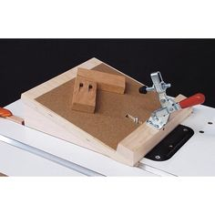 Pocket-Hole Routing Jig Woodworking Plan from WOOD Magazine Woodworking Furniture Plans, Woodworking Projects That Sell, Woodworking Shop, Woodworking Crafts, Woodworking Workbench, Woodworking Images, Woodworking Jigsaw, Youtube Woodworking, Woodworking Classes