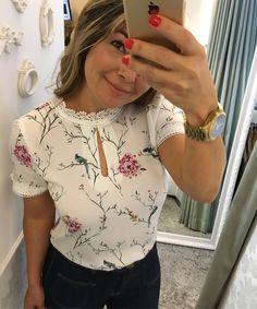 Blusa floral de passarinho 119,90 P M G ⚜️VENDEMOS PRA TODO BRASIL ❤️️FAÇA SEU PEDIDO PELO 📲31-995290424⚜️ 🚚FRETE GRÁTIS ACIMA 400,00  PAGAMENTO: 💳cartões e 💰depósito bancário ⏰Horário de funcionamento: WhatsApp é loja física /seg a sexta 9:00 às 19:00  sábado : 9:00 às 13:00 ✨✨✨✨✨✨✨✨✨✨✨✨✨✨❤️❤️❤️❤️❤️❤️❤️❤️❤️❤️❤️❤️❤️❤️⚜️⚜️⚜️⚜️⚜️⚜️⚜️⚜️⚜️⚜️⚜️⚜️⚜️⚜️#moda#roupa#lojafemininabh#modabh#look##blusa#life#amo#moda#barropreto#belohorizonte #dress#advogada#juiza#detalhesqueamo#instagram… Blouse Styles, Blouse Designs, Western Tops, Moda Chic, Printed Blouse, Playing Dress Up, Fashion Outfits, Fashion Tips, Summer Dresses