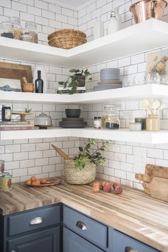 Kitchen open shelving has never been more popular. Get inspired by the best designer tips for styling your opening shelves. Kitchen open shelving has never been more popular. Get inspired by the best designer tips for styling your opening shelves! Cottage Kitchens, Home Kitchens, Modern Open Kitchens, Cottage Kitchen Shelves, Rustic Kitchens, Cottage Homes, Home Decor Kitchen, Interior Design Kitchen, Diy Kitchen