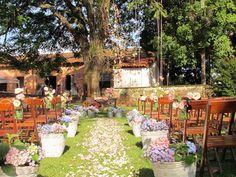 O casamento realizado na fazenda sempre tem um ar de aconchego, conforto, simplicidade e é perfeito para os noivos que querem fugir de salões muito formais