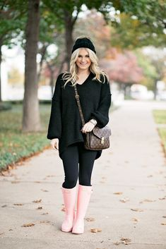Black and Pink Pink Rain Boots, Wellies Rain Boots, Fur Boots, Rainy Day Fashion, Winter Fashion, Free People Boots, Hunter Boots Outfit, Winter Wear, Boots