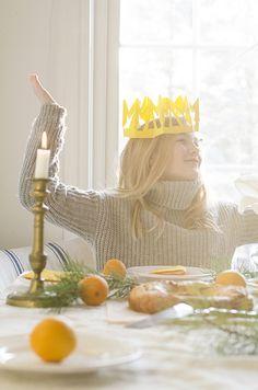 Pour les Rois.  j'aime bien la table et ses couleurs aussi   DIY Simple Paper Crowns | willowday