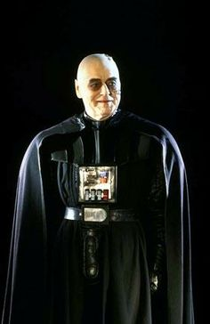 Sebastian Shaw in the Darth Vader costume for his filmed scenes playing the dying Anakin Skywalker Anakin Vader, Darth Vader, Anakin Skywalker, Star Wars Pictures, Star Wars Images, Geeks, Star Wars Brasil, Disfraz Star Wars, Cuadros Star Wars