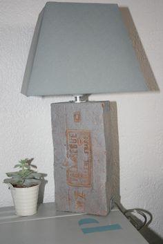 Une brique ancienne en pied de lampe chapeau carré gris