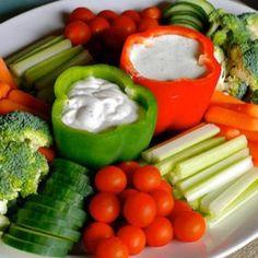 Paprika uithollen en vullen met lekkere dipsaus. Lekker groenten erbij om te dippen.