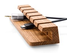 Wooden Cable and Charger Organizer – Cable Management for Power Cords and Charging Cables How many time have your laptop cables, USB cords and gadget chargers gotten tangled, fallen behind your desk, or just gone missing? Cord Organization, Cord Storage, Accessoires Iphone, Cable Organizer, Diy Holz, Wood Design, Woodworking Plans, Woodworking Software, Small Woodworking Projects