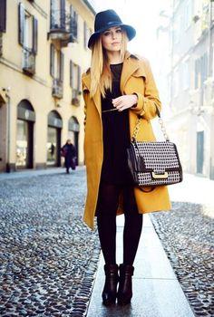Conjunto abrigo mostaza vestido botas y sombrero negros